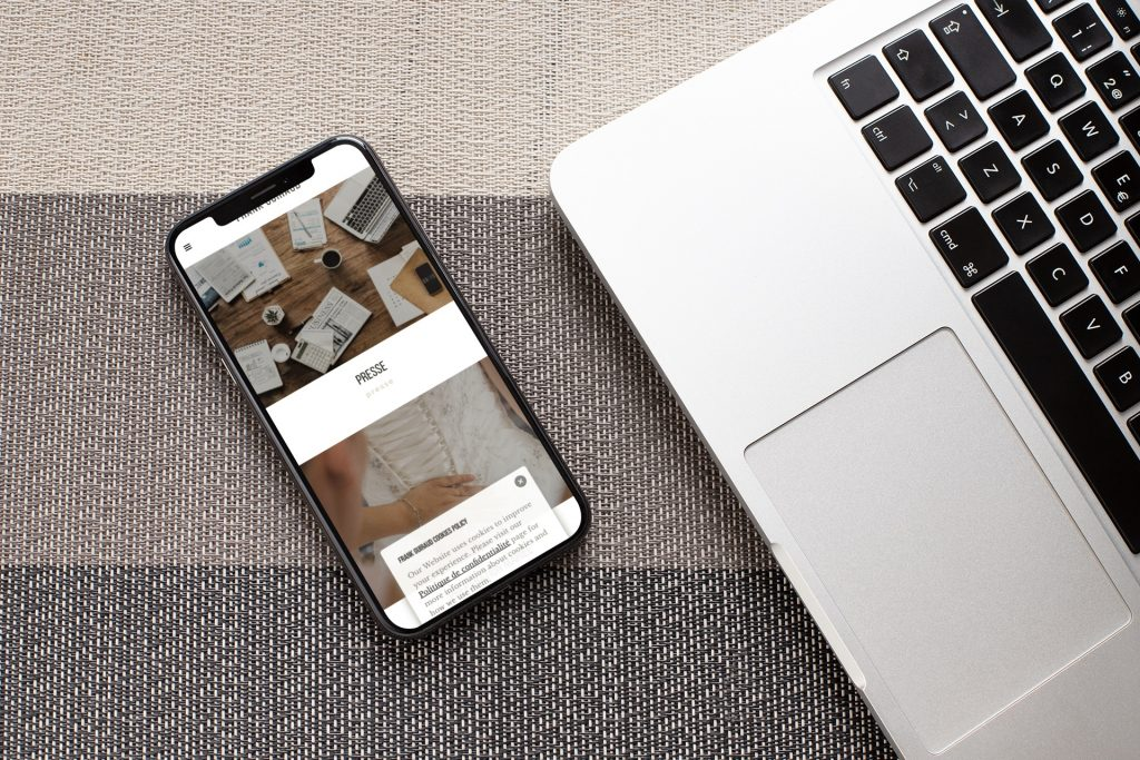 mockup-of-an-iphone-xs-lying-next-to-a-laptop-25393-1024×683